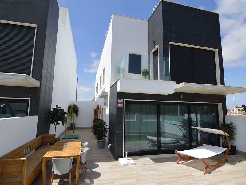 Beautifully furnished detached house with private swimming pool and spacious roo, holiday rental in San Pedro del Pinatar