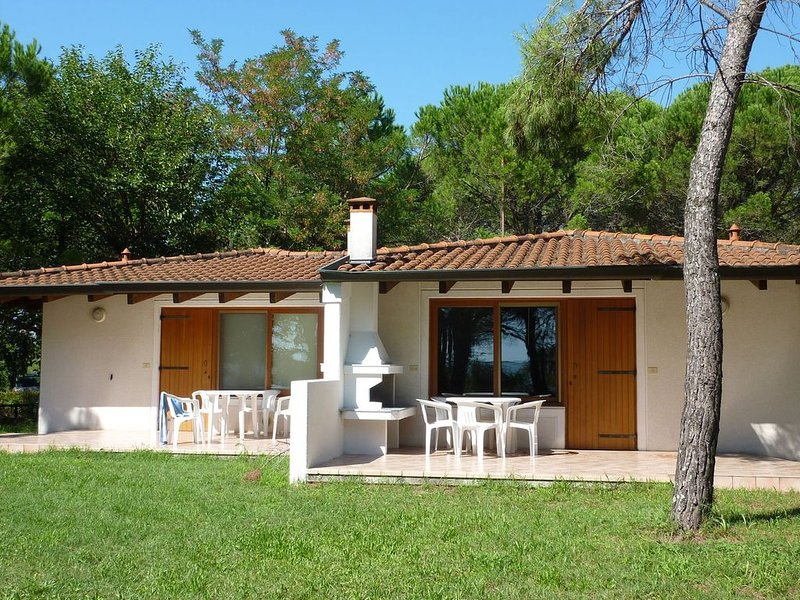 Semi-detached bungalow with terrace not far from the sea, holiday rental in Grado