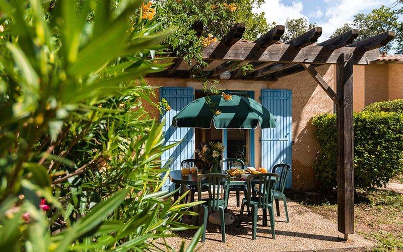 Maison de vacances rustique et lumineuse avec terrasse privée, location de vacances à Cavillargues