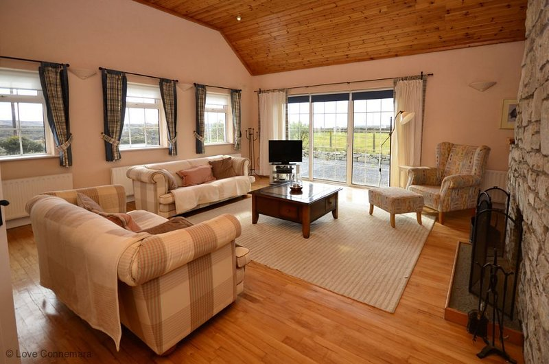 Cottage 201 - Claddaghduff - sleeps 4 guests  in 3 bedrooms, holiday rental in Claddaghduff