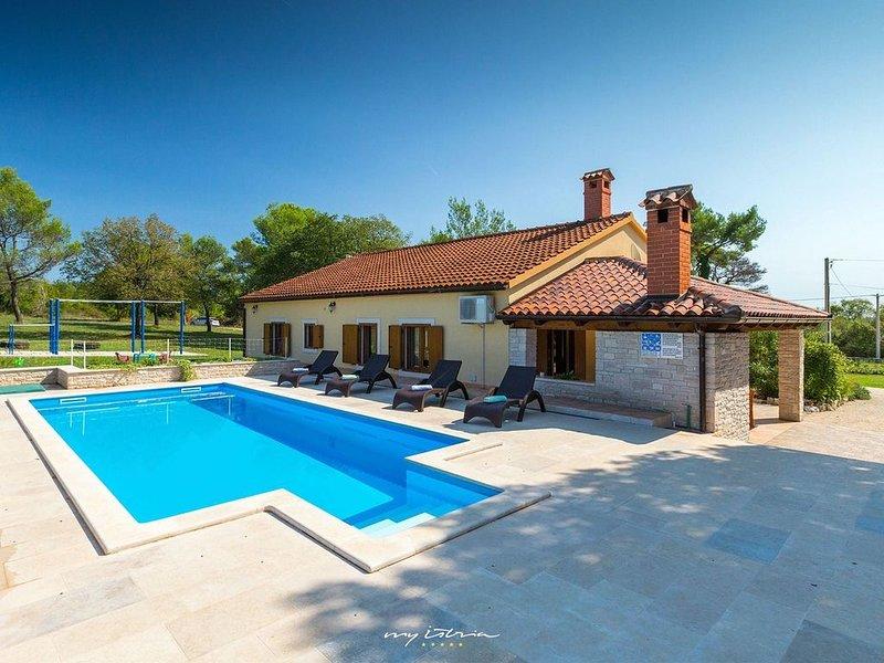 Lovely villa with pool near Pula, location de vacances à Rebici