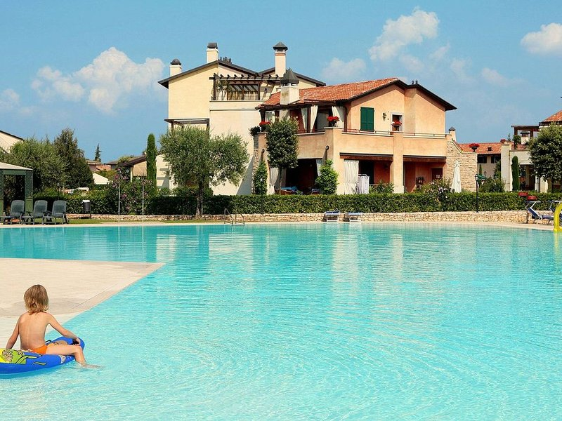Nice ground floor apartment located near Peschiera, location de vacances à Peschiera del Garda
