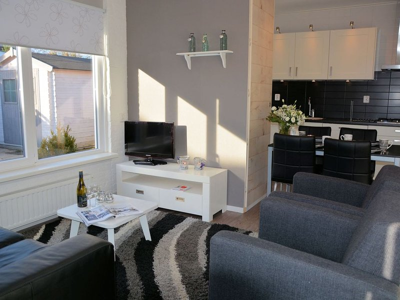 Very well maintained bungalow near beach, sea and dunes on a park with amenities – semesterbostad i Noordwijkerhout