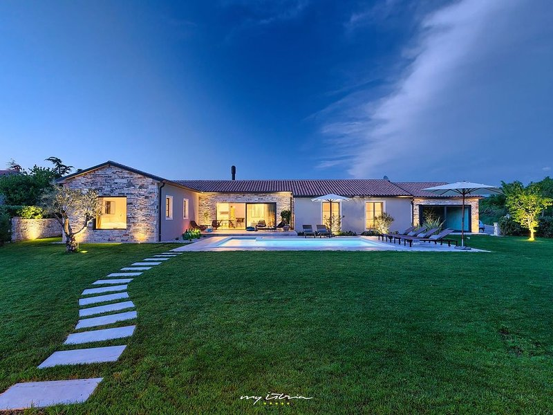 Beautiful villa with private pool near Pula, vacation rental in Bale