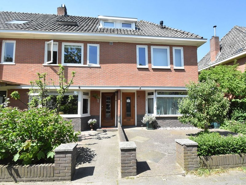 Cosy house with large garden in Castricum, close to the sea and beach., vakantiewoning in Castricum