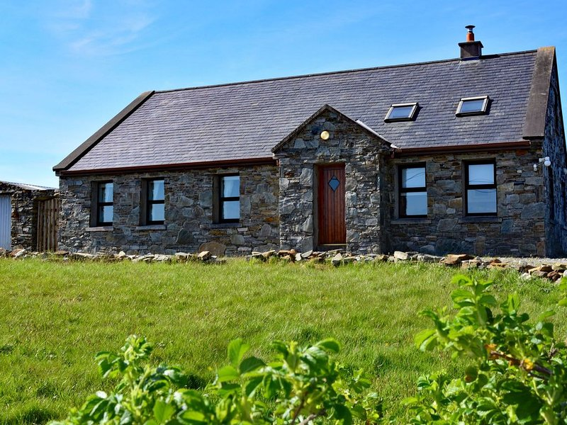 Cottage 118 - Cleggan - sleeps 7 guests  in 3 bedrooms, vacation rental in Cleggan