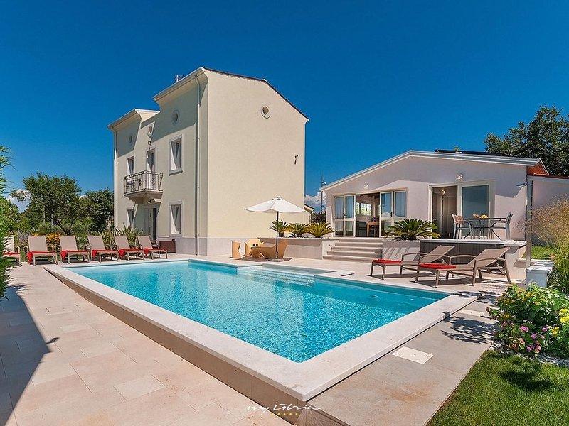 Beautiful villa with pool near sea in Poreč, vacation rental in Porec