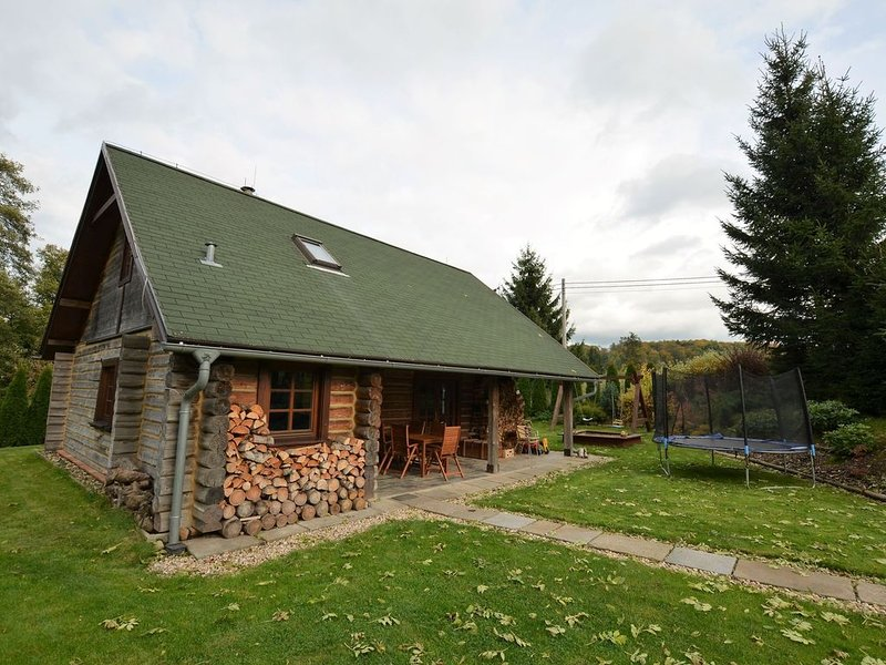 Detached log house with large, fenced garden, covered terrace, location de vacances à Krasna Lipa