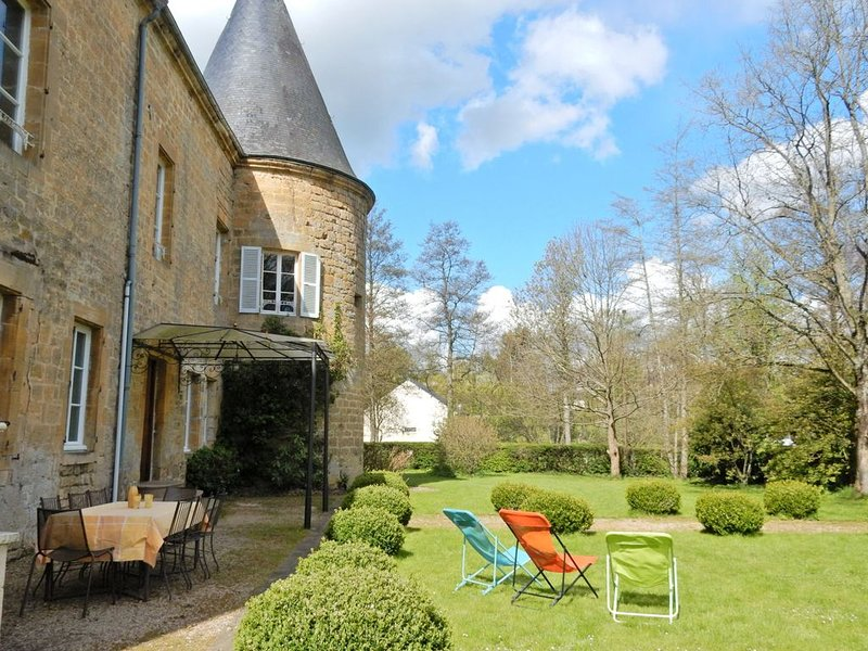 Vintage Castle in Clavy-Warby France with Garden, location de vacances à Aubenton