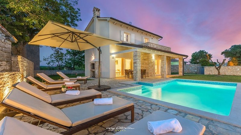 Wonderfully relaxing villa amidst unspoiled nature, vacation rental in Orihi