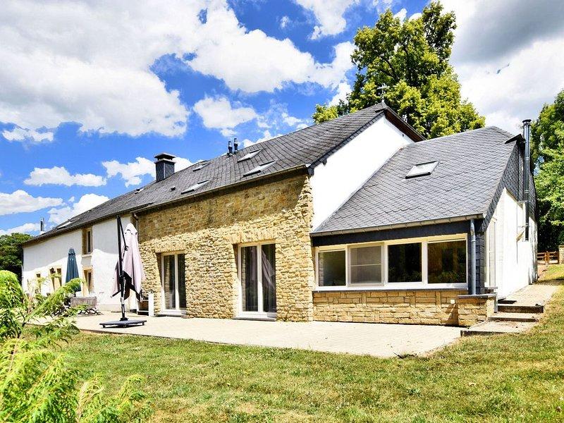 Fine group house with sauna, garden and private bathrooms, location de vacances à Florenville