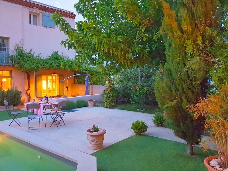 Characteristic country house with private pool and views of the Mont Ventoux, holiday rental in Mormoiron