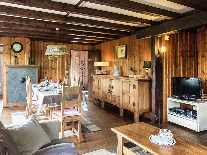 Admire the townscape of Durbuy on foot as you live in this scenic chalet, aluguéis de temporada em Durbuy