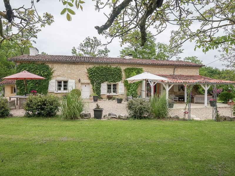 Inviting Villa in Beaumont with Swimming Pool, holiday rental in Montreal-du-Gers