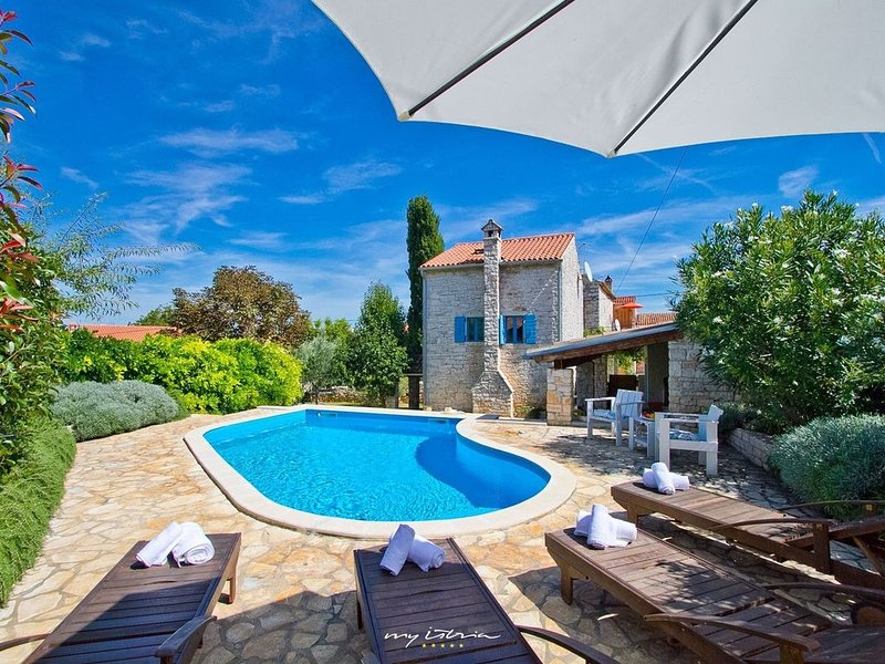 Beautiful old stone villa with private pool, holiday rental in Rovinjsko Selo
