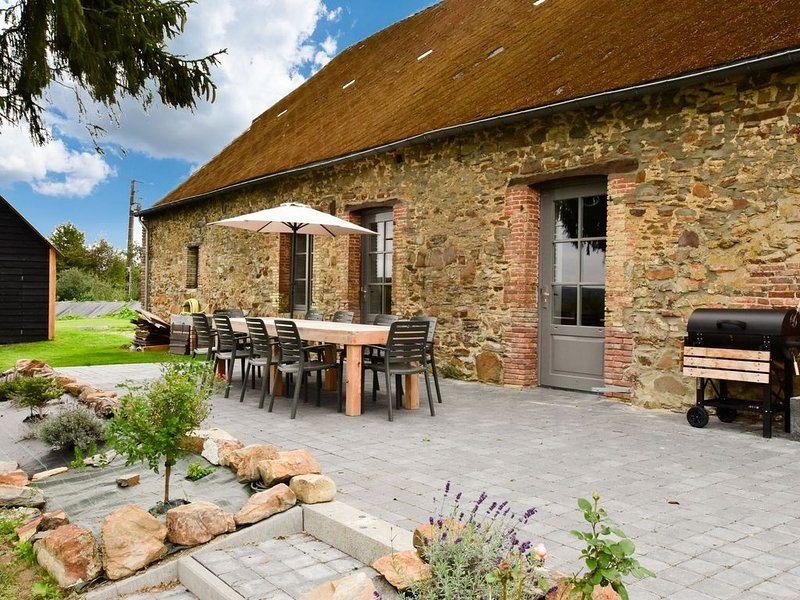 Holiday Home in la Neuville-aux-Joûtes with Garden & BBQ, location de vacances à Englancourt