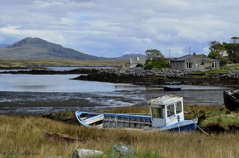 Cottage 216 - Roundstone - sleeps 8 guests  in 3 bedrooms, holiday rental in Carna