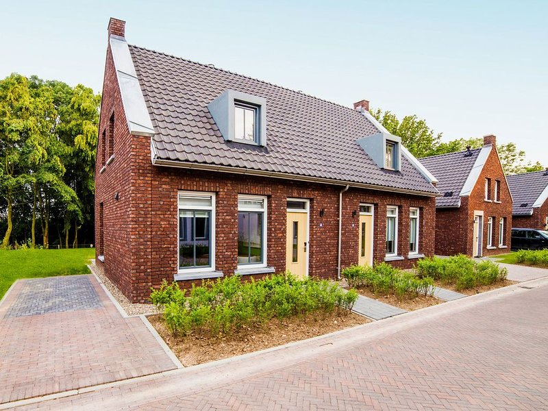 Comfortable villa with dishwasher, 4 km. from Maastricht, location de vacances à Rekem