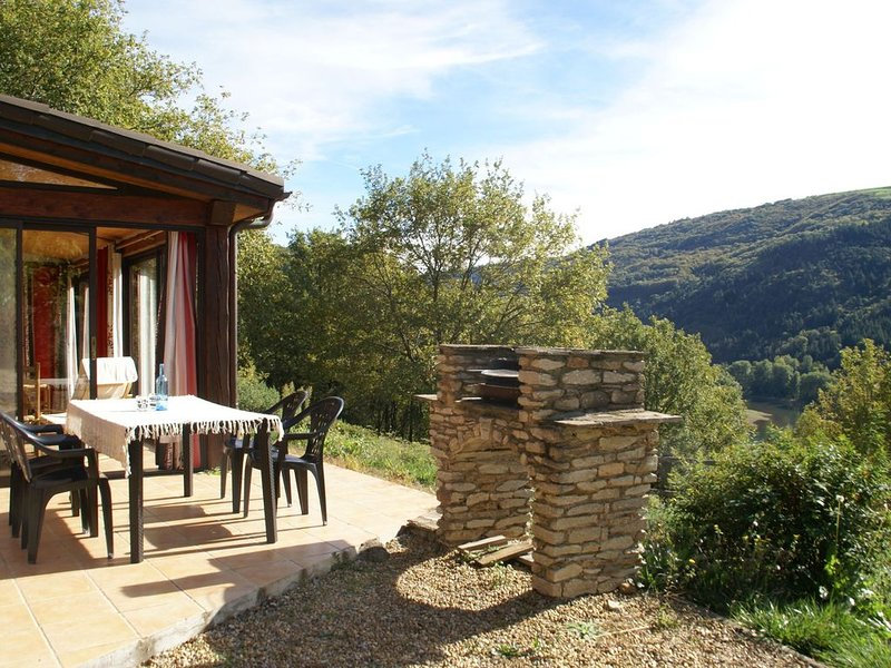 Detached holiday home with shared swimming pool in a marvellous nature reserve, vacation rental in Curvalle