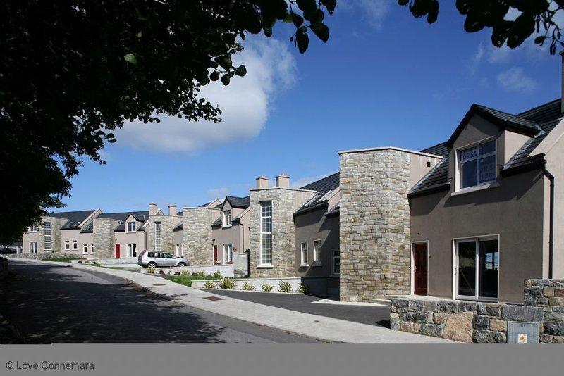 Cottage 501 - Carraroe - sleeps 8 guests  in 4 bedrooms, location de vacances à Rosmuck