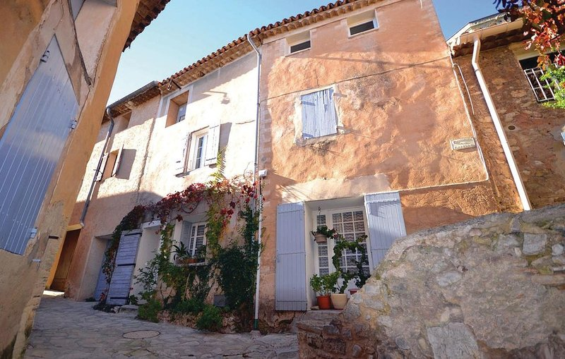 3 Zimmer Unterkunft in Le Barroux, holiday rental in Saint-Hippolyte-le-Graveyron