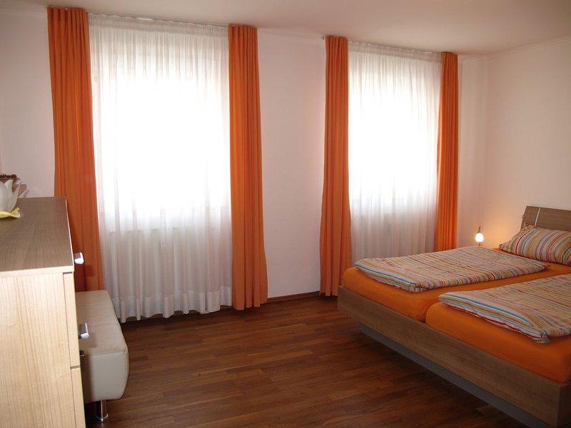 Ferienwohnung, 1 sep. Schlafzimmer, Küche extra, TV, Telefon, Fön, Terrasse,, vacation rental in Eggenfelden