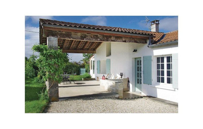 3 Zimmer Unterkunft in St Fort sur Gironde, holiday rental in Saint Thomas de Conac
