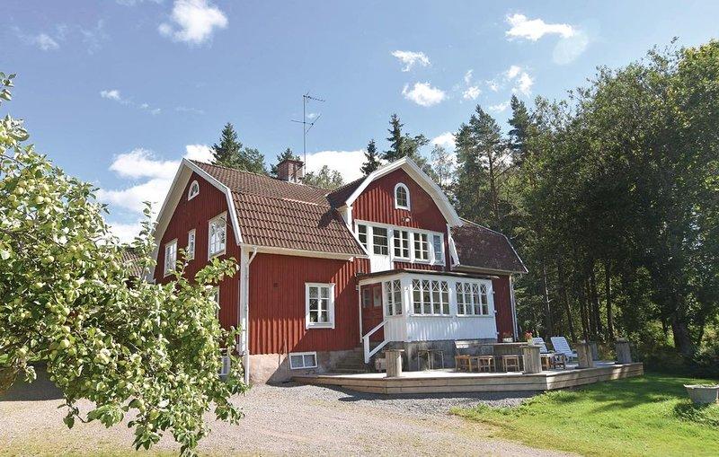7 Zimmer Unterkunft in Älgarås, holiday rental in Gullspang