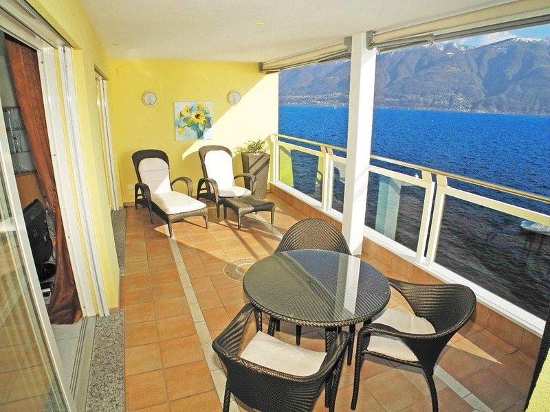 Charmante und moderne 3,5-Zimmer Wohnung (90m2) in der Residenz Acapulco in Port, vacation rental in Arcegno