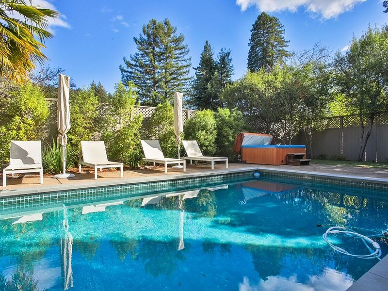 River Oasis! Pool,Hot Tub,Sauna, Walk to Town!, location de vacances à Guerneville