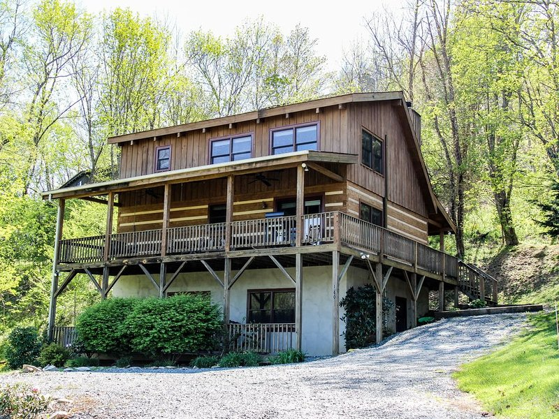Cabin Fever - 3BR, 3BA - Hot Tub - Pool Table - Pet Friendly, holiday rental in Seven Devils