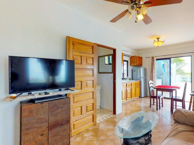 Multi-suite family property with a private pool, sea views, WiFi & partial AC!, location de vacances à St. George's Caye