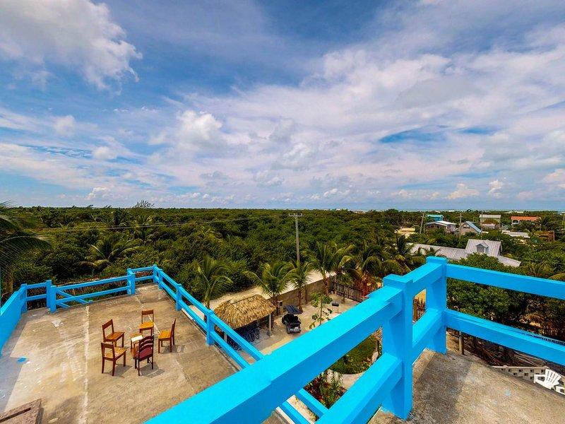 Tropical retreat near the beach w/ WiFi, partial AC & shared pool/grill/kayak!, location de vacances à St. George's Caye