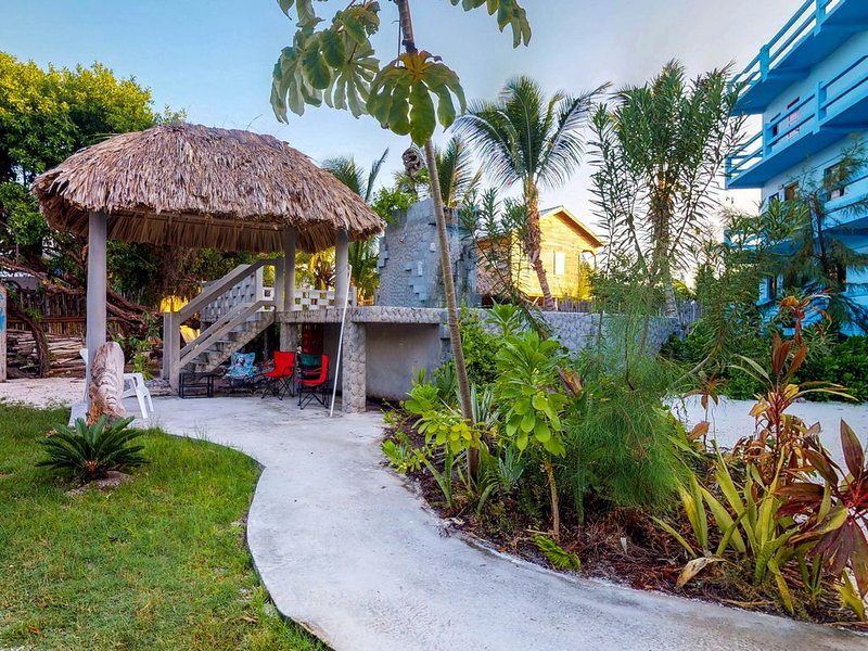 Cozy suite w/ WiFi, AC, and a shared sundeck, pool, and rooftop with great views, location de vacances à St. George's Caye