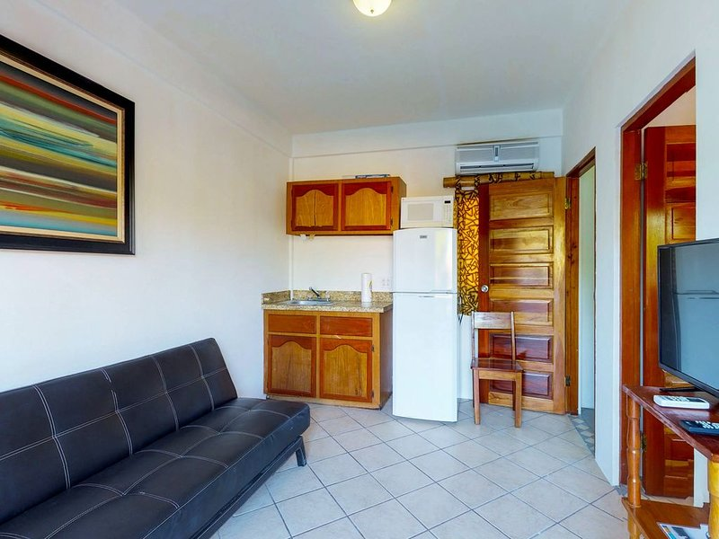 Affordable suite with WiFi, partial AC, and a shared rooftop, pool, and BBQ area, location de vacances à St. George's Caye