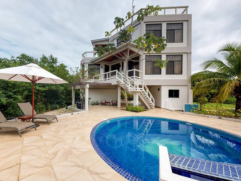 Ocean view getaway w/ private pool, outdoor spaces, strong WiFi & partial AC!, alquiler de vacaciones en Placencia