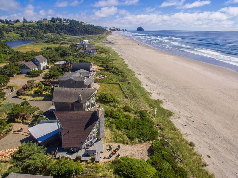 Lighthouse #104 - Beautifully updated classic oceanfront cabin with direct beach, casa vacanza a Cloverdale