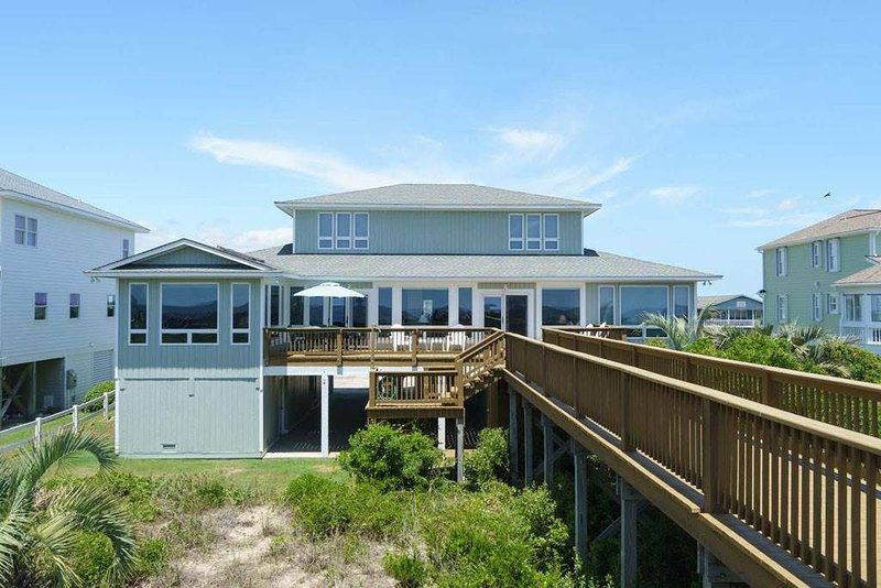 6 Bed/4.5 Bath Well Appointed Caswell Beach Rental with Dune Top Deck and Gourme, aluguéis de temporada em Caswell Beach