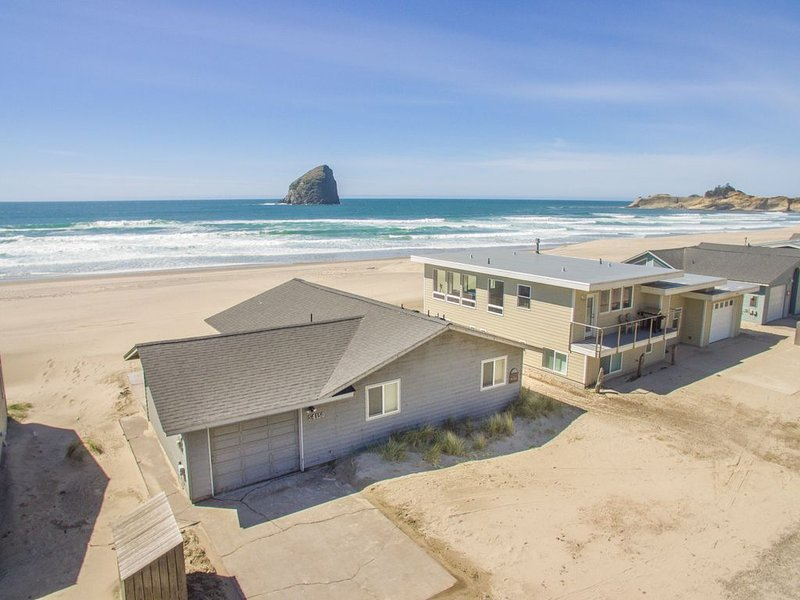 The Westerly #121 - Oceanfront cabin with amazing views, direct beach access. Pe, holiday rental in Pacific City