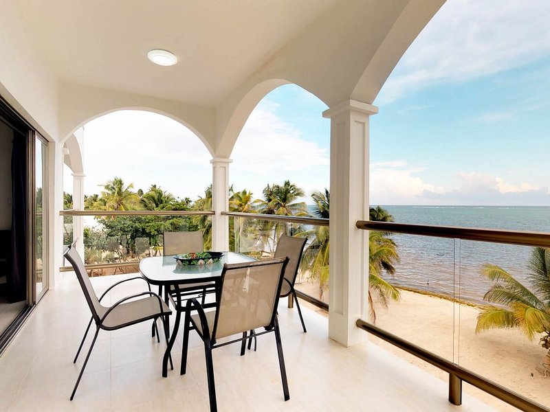 Oceanfront apartment on the beach w/ great ocean views, shared pool, WiFi & AC!, holiday rental in Xcalak