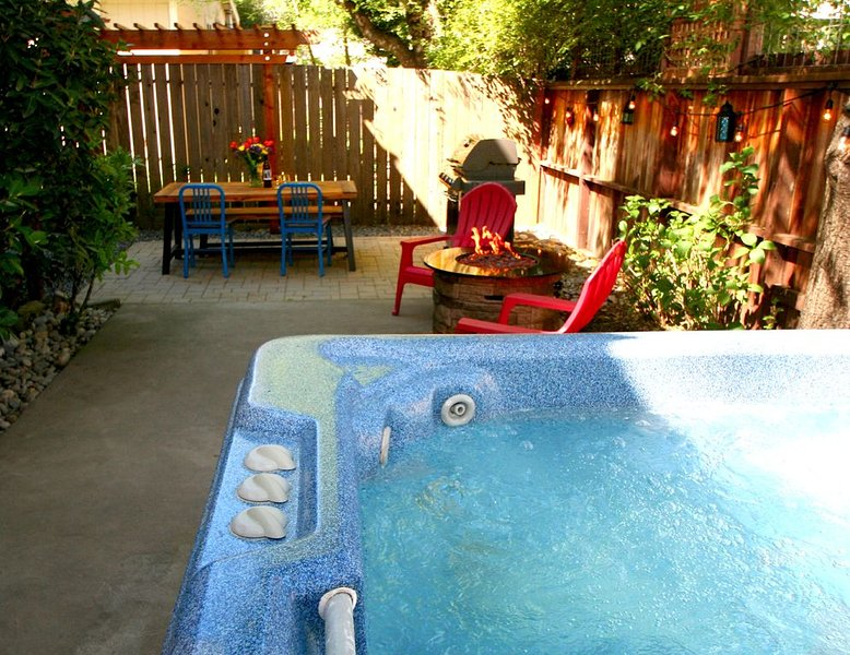 Paddler's Paradise Hot Tub!Walk to Beach!, location de vacances à Guerneville