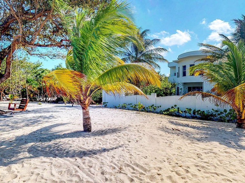 Gorgeous beachfront house w/ ocean view, covered patio, partial AC & free WiFi!, aluguéis de temporada em Stann Creek