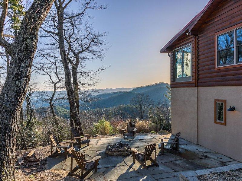 Alpine Vista - Blowing Rock Cabin with hot tub, Theater, Sauna, Views, alquiler de vacaciones en Lenoir