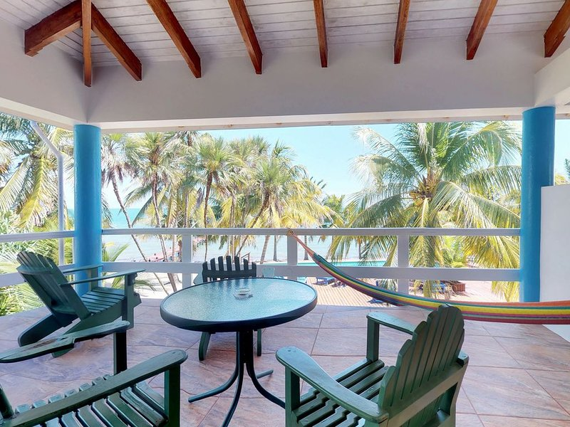 Oceanfront condo w/shared pool, sea view, partial AC & WiFi - walk to the beach!, Ferienwohnung in Placencia