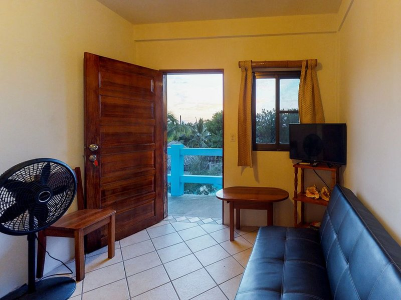 Cozy suite for two w/ WiFi, AC, shared pool/BBQ area & sunsets from the rooftop!, location de vacances à St. George's Caye