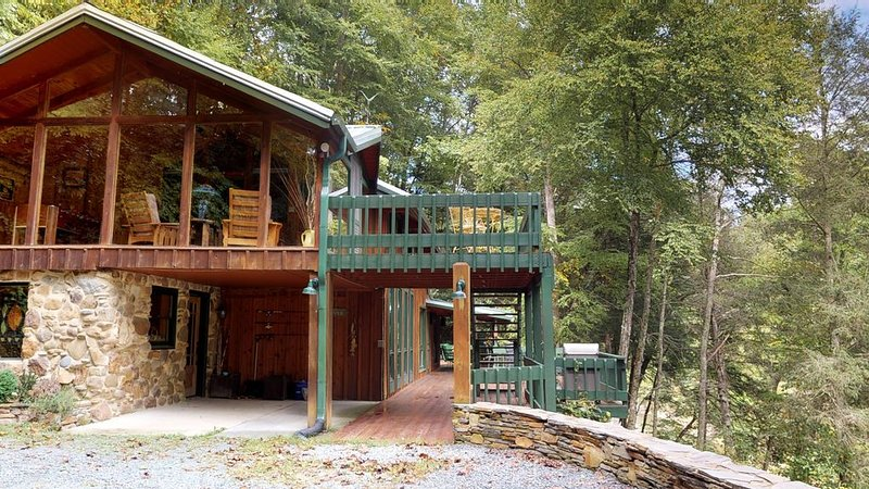 A River Mist - Secuded, on 6 acres of the Watauga River, hot tub, pet friendly., holiday rental in Sugar Grove