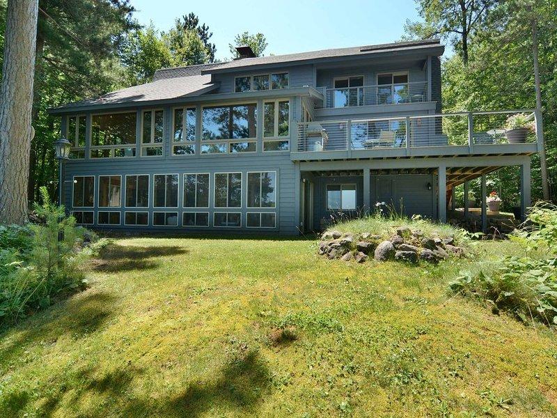 Truly refined lake home with over 4,200 square feet on Lake Owen, alquiler de vacaciones en Barnes