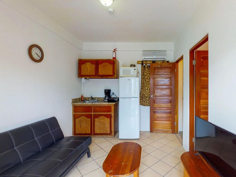 Affordable suite in a gated property w/ rooftop view, WiFi, AC, shared pool/BBQ!, location de vacances à St. George's Caye