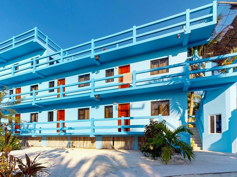Multi-suite property w/ private pool, rooftop, grill, kayaks, partial AC & WiFi!, location de vacances à St. George's Caye
