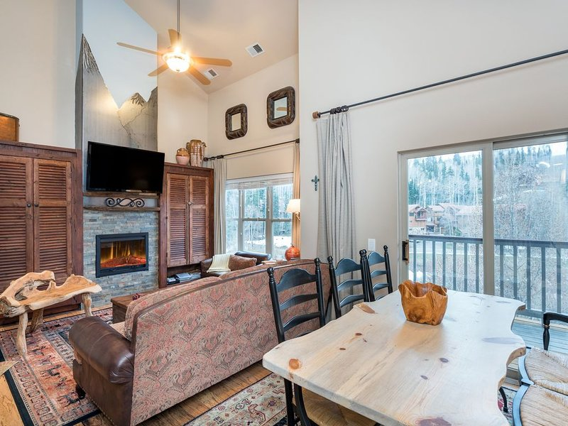 Fabulous condo close to Chair lifts 1 and 10 in Meadows Area, casa vacanza a Placerville